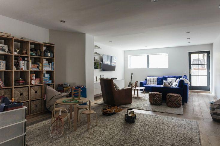 Первый этаж. В гостиной у входа в дом находится большой синий угловой диван. Тут удобно смотреть телевизор.
