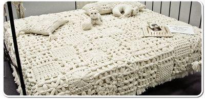 Questo è il telaio di maria gio con cui si possono fare tanti quadrati a maglia, unendoli poi con l'uncinetto si ottengono coperte, sciarpe, borse. E' facilmente lavorabile con l'uncinetto e a mano