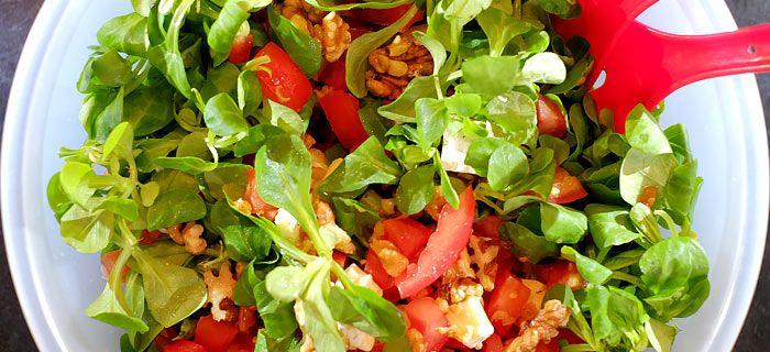 Een snelle salade met brie, walnoot en honing