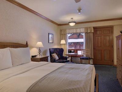 高原リゾートらしく、シンプルで木の温もりを感じられるようなインテリア (C) Fairmont Hotels and Resorts