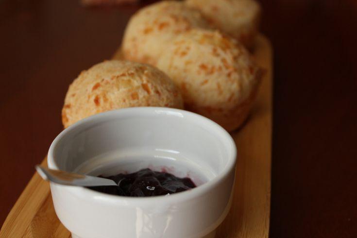 Como fazer Pão de queijo com ingredientes comprados em Saskatoon no Canada? Ingredientes: 1 1/2 cup de leite 1/2 cup de óleo ( uso o de canola) 1 pacote de tapioca Startch 14 oz (polvilho) - vc co...