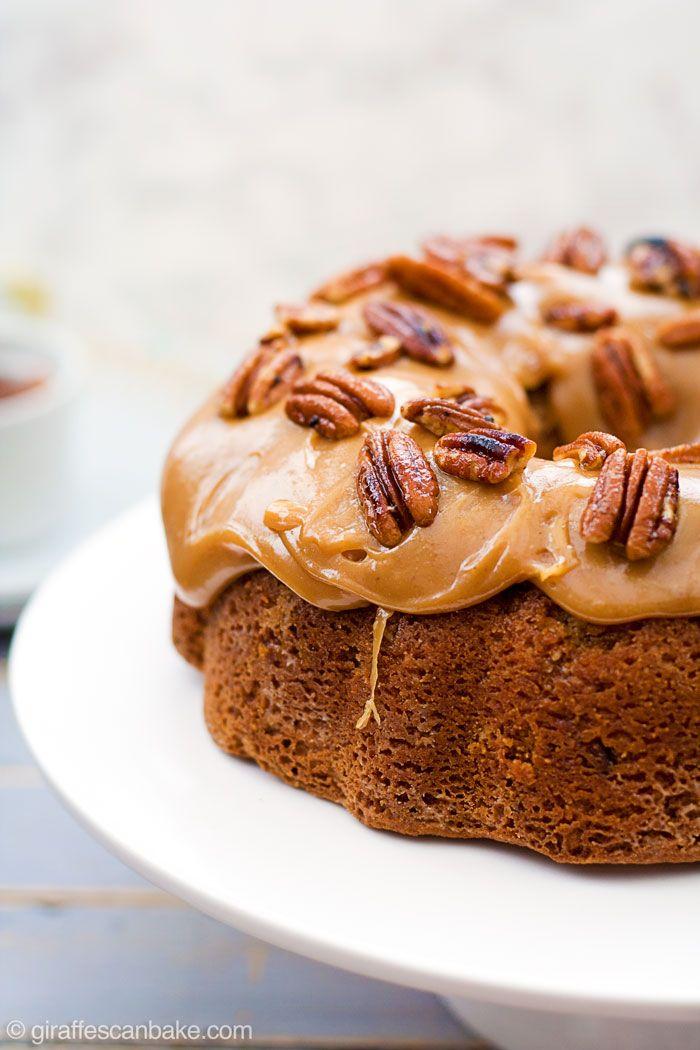 Sin Gluten azúcar moreno y Pecan Carmelo Bundt Cake - Este Gluten azúcar de Brown y de la pacana del caramelo Pastel Bundt está lleno de nueces y pedacitos de toffee, con una miga húmeda y blanda, cubierto de espesa caramelo, pegajosa, con mantequilla de nueces tostadas!