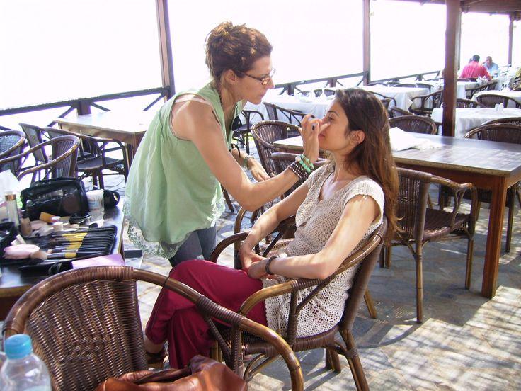 Η Ελευθερία, η πρωταγωνίστρια του tv spot για το βιβλίο Η ΚΑΡΔΙΑ ΘΥΜΑΤΑΙ, μακιγιάρεται