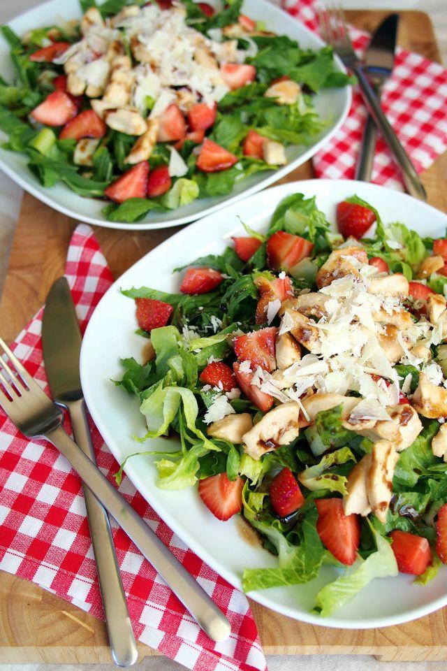 """Sommersalat mit Erdbeeren, Hähnchen und Parmesan // Summery salad with strawberries, chicken and Parmesan - """"Fee ist mein Name"""""""
