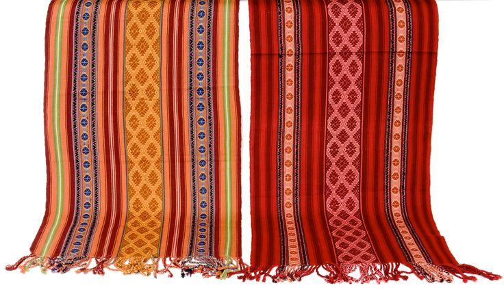 Искусство текстиля инков развивался в симметричных геометрических узорах, символизме. Приоритетными цветами были белый, красный, черный и желтый. Согласно установленным правилам, фасон инкских пончо строго соответствовал роду занятий и социальному статусу его владельца.