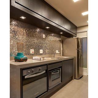 Cozinha com pastilhas metálicas por Monise Rosa Arquitetura #kitchen ...