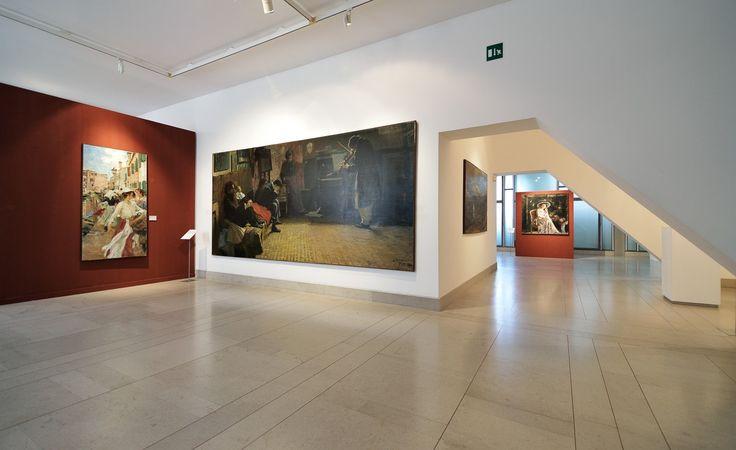 Museo Revoltella, Trieste. La galleria del quarto piano con i dipinti di U. Veruda (Fondamenta a Burano) e L. Balestrieri (Beethoven). Sullo sfondo un'opera di A. Mancini. Foto Mattia Visintini