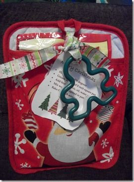 Oven mitt Christmas.: Cookies Mixed, Teacher Gifts, Gifts Ideas, Neighbor Christmas Gifts, Dollar Stores Christmas Gifts, Secret Santa, Cookies Cutters Gifts, Neighbor Gifts, Ovens Mitts