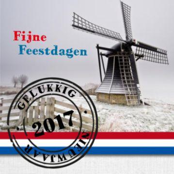 Kerstkaart met mooie winterse foto van een molen in Hollands landschap. Er overheen de vlag van Nederland en er onder een strook met jute.
