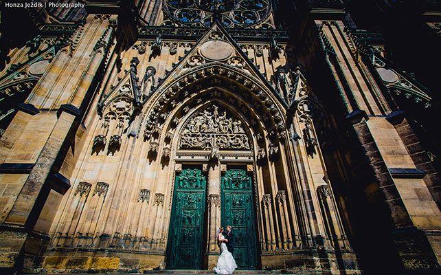 Самые популярные места в мире для выездной свадьбы. Эта страна является одной из самых романтичных в Европе (после Франции, конечно же). Излюбленным местом для проведения бракосочетания является столица – Прага, где есть старинные ратуши, замки, часовни и сады. Более того, в Праге есть православные храмы, где можно провести церемонию венчания.