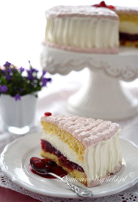 Lekki tort biszkoptowy z kremem z serka mascarpone i bitej śmietany oraz wiśniami. Tort jest lekki, kremowy i nie za...