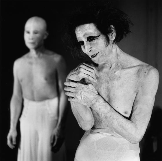 """Kazuo Ohno fue el creador, junto a Tatsumi Hijikata, de la danza Butoh, caracterizada por una serie de movimientos que se inspiraban en las imágenes de los cuerpos quemados y desorientados que deambulaban por las calles tras los bombardeos nucleares de Hiroshima y Nagasaki. En 1949 fundó el """"Kazuo Ohno Dance Studio"""", centro de creación de danza y archivo mundial de la danza Butoh. Murió en 2010 a la edad de 103 años."""