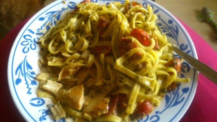 Pasta met pesto, cherrie tomaatjes, kipfilet mmm heerlijk voor op zondag