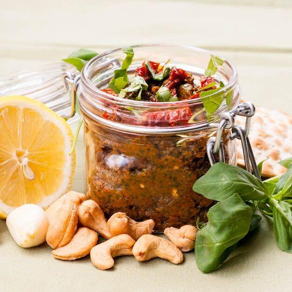 Pesto au tomates séchées - Pour 1 pot : 1 tasse (4 oz) de basilic ; ½ tasse de tomates séchées au soleil ; ¼ tasse de noix (ou noix de cajou) ; 3 gousses d'ail  ½ citron, en jus ; pincer flocons de piment rouge ; ½ cuillère à café de sel ; ¼ tasse d'huile de pot de tomates séchées au soleil (ajouter de l'huile si nécessaire)