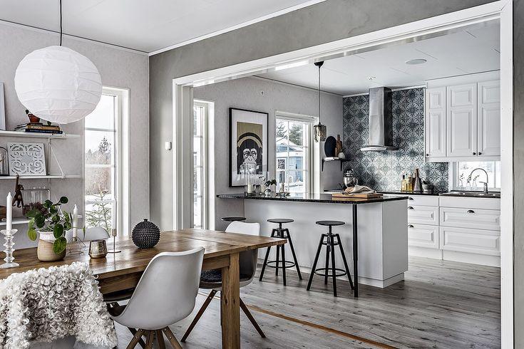Kökslucka Meny i vitt och en rymlig köksö | Ballingslöv