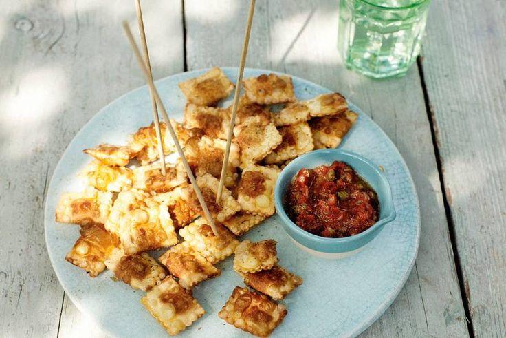 Verrassend anders: ravioli die je frituurt. Een dip erbij van tomaten en kappertjes... Borreltijd! - Recept - Allerhande