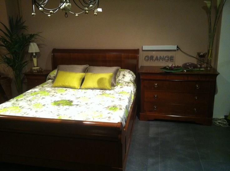 Dormitorio de la prestigiosa firma francesa GRANGE, realizado en madera maciza de cerezo francés.