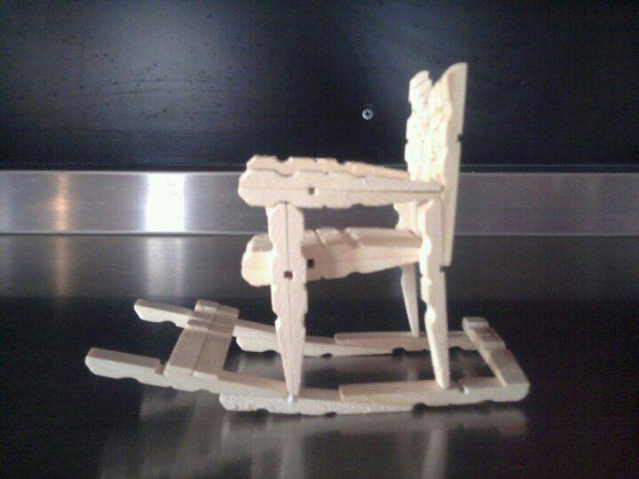 Schommelstoel van wasknijpers