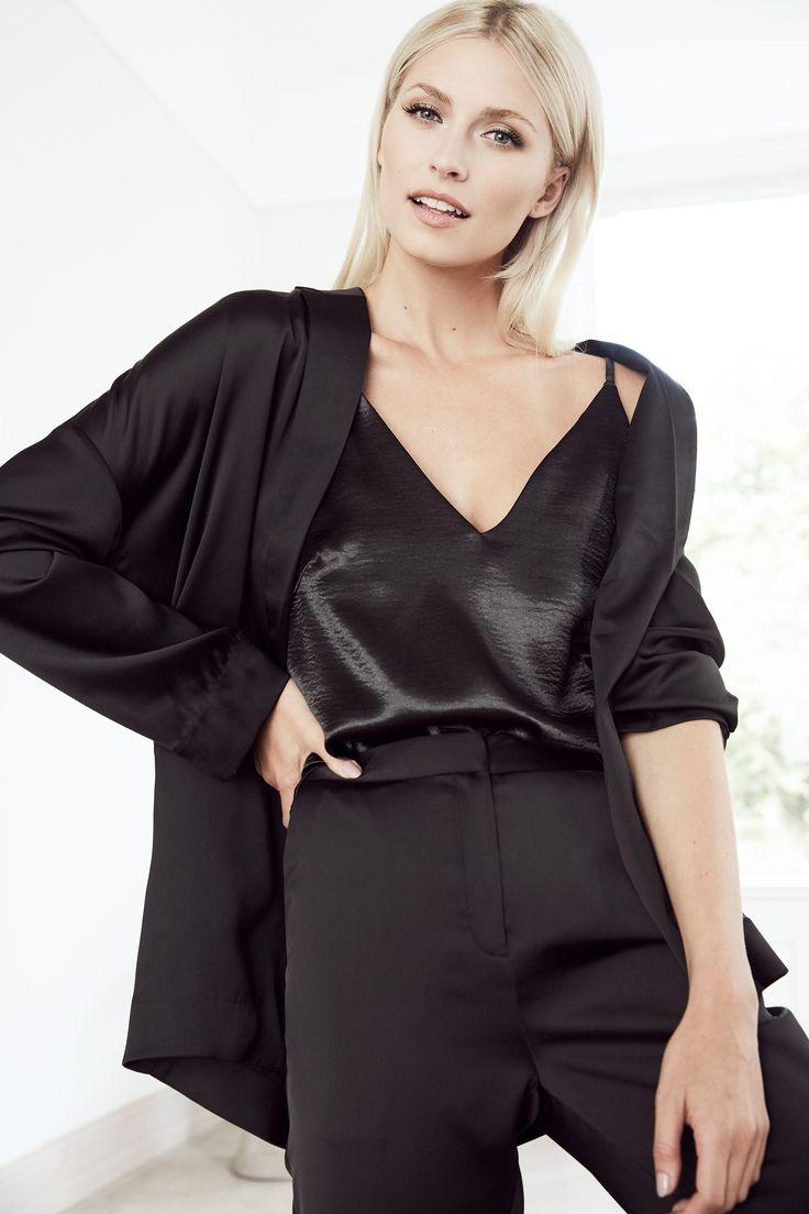 Für schickere Anlässe holt @aboutyoude Idol Lena Gercke den ELEGANT BLAZER LOOK aus dem Schrank, ein komplett schwarzes Outfit mit stilvollem Schnitt.