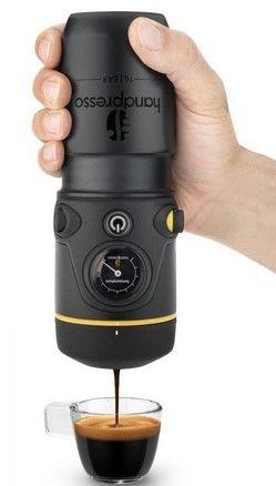 Handpresso Auto este un espressor care poate fi folosit in masina, pentru a prepara rapid un espresso. Oricand este momentul potrivit pentru a bea o cafea, dar, parca niciodata mai