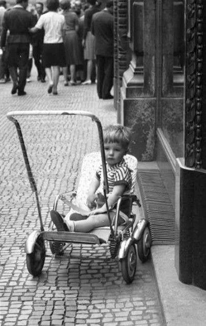 Dítě v kočárku (2279), Praha, červen 1963 •  black and white photograph, Prague 