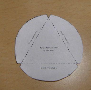 Maak eerst de mal na op stevig papier. Het moet dus een rondje zijn met een driehoek erin. Zorg voor oude kerstkaarten, je hebt er aardig wat nodig! Natuurlijk kan het ook met stevig gekleurd papier. Teken eerst de cirkel over op je kerstkaart. Vouw daarna de randen van de cirkel weg, zodat je de …