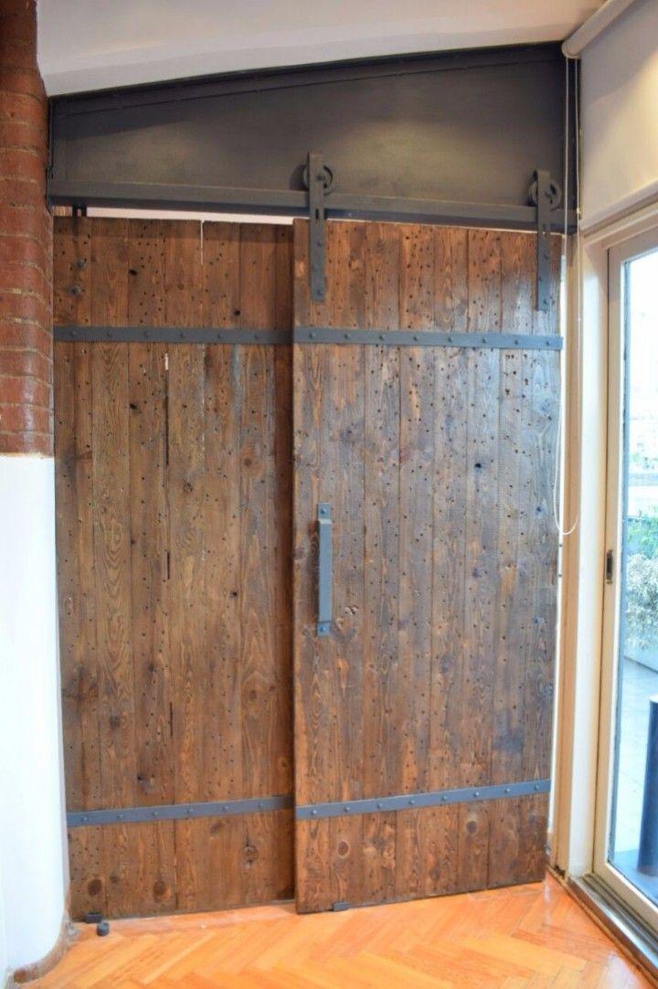 Conseguimos maderas de cajas muy grandes de importación de insumos industriales y las convertimos en puertas de estilo industrial.