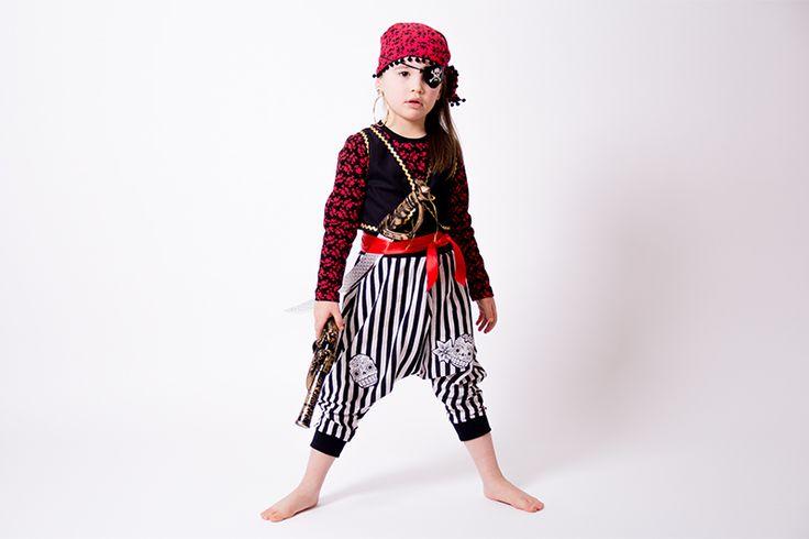 Selbstgenähtes Faschingskostüm Pirat für Kinder mit einem kostenlosen Schnittmuster und Nähanleitung für eine Weste