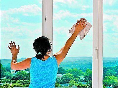 Грязные стекла легко очистит разрезанная пополам луковица. Просто протрите ею стекло! Запаха лука при этом не остается. А чтобы стекла окон загрязнялись не так быстро, протирайте их следующей смесью: 30 мл воды, 70 мл глицерина и пару капель нашатырного спирта.