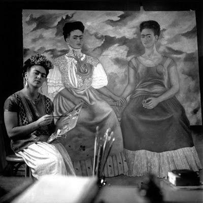 """Frida Kahlo peint """"Les deux Frida"""", 1939, huile sur toile, 173 x 173,5 cm, Musée d'art moderne, Mexico,"""