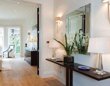 Мебель для тесного коридора Для вытянутых коридоров идеально подходят узкие пристенные столы-консоли: они не занимают много места, зато делают коридор элегантнее и уютнее.