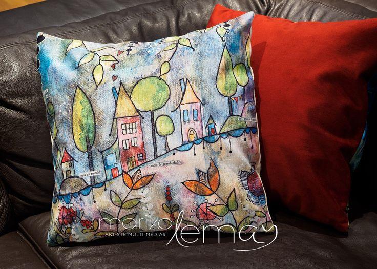 Housse de coussin imprimée village maisons méditation sur velours par Marika Lemay artiste mixed media rouge sarcelle jaune et noir de la boutique MarikaLemayArtiste sur Etsy