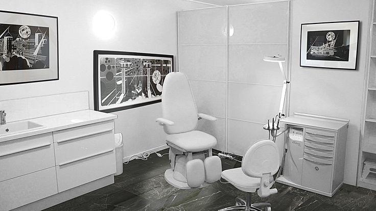Cabinet pédicure-podologue, test local professionnel blanc. Fauteuils blancs. Mobilier de rangement laqué blanc, grande portes coulissantes en verre teinté.Touche de couleur au sol avec marbre vert aux nervures blanches.