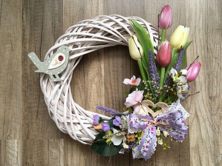Jarní věnec s tulipány a ptáčkem