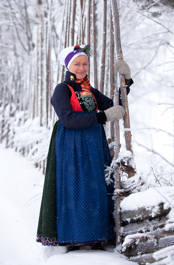 The reconstructed bunad from Sogn illustrates how women dressed in the inner and central parts of Sogn in the first part of the 19th century. The blue apron, blåtrykksforklær, is made of dyed and printed cotton.