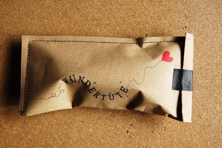 Wundertüte für Kinder (gefüllt z.B. mit Malbuch, Stiften etc.)