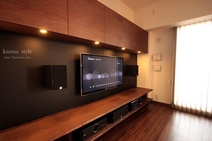 oot1ウォールナット材と黒革を使った壁面収納。テレビやスピーカーは壁掛し、配線は全て隠蔽処理しスッキリさせている。  リビングのメインをはっきりと位置付けし、部屋全体に奥行き感がでる様に意識している。  音響はデノン製を核にダリのブックシェルフをチョイス。 リアスピーカーもブックシェルフをブラケットを使用し店吊りで取り付け。 テレビモニターのみの5.1chサラウンドシステム。 oot2 1年以上お打ち合せをさせて頂き最終的にセパレートの形で製作させて頂いた。 元々はオリジナルの2wayの形を気に入って頂きご来店頂いたのですが、 スペースの幅が短かった事や右側の梁や換気口などの関係で、何度も打ち合せをかさね セパレートタイプを選択。マンションを感じさせないデザインのテレビボードに完成した。