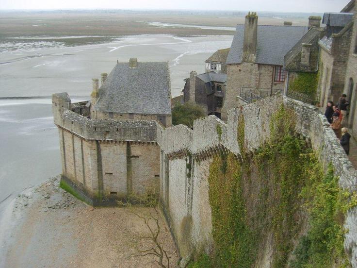 Mont Saint Michel bir ada ve kıta Avrupası'ndaki en güçlü med cezire sahip olan bir ada... Daha fazla bilgi ve fotoğraf için; http://www.geziyorum.net/mont-saint-michel-gezisi/