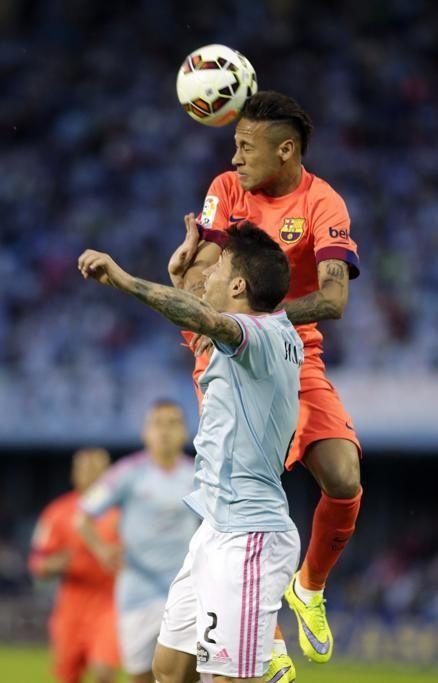El delantero brasileño del Barcelona, Neymar da Silva  efectúa un remate ante el defensa del Celta Hugo Mallo.