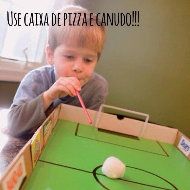 Caixa de pizza + canudo = campo de futebol