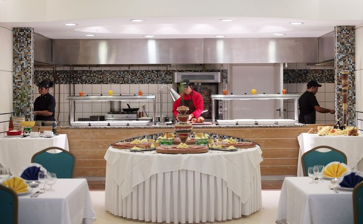 Dinner is served from 18.00 to 21.15 and apart from enjoying the buffet proposals you can try freshly prepared dishes made in front of you (show cooking).
