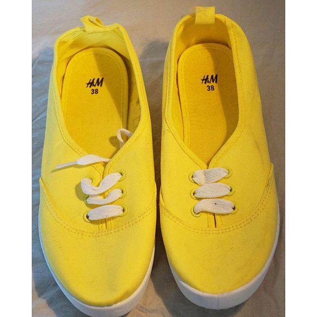 Oanvända skor från H&M. En underbar gul färg som är underbart nu på sommaren. Pris 50 kr. Strl 38. #firstlookse #firstlookshoes #skor #bloppis #loppis #kläder #bloppissverige #loppisfynd #bloppisgbg #billigt