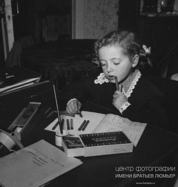 Девочка решает задачу. Автор: Рюмкин Яков, год съемки: 1950-e, печать: черно-белая бромсеребряная, тираж: 30 , примечание: подпись наследника на обороте фотографии