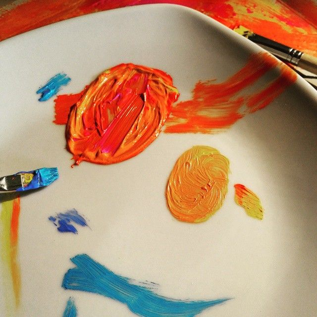 Mit dem Pinsel ein paar Acrylfarben mischen. Ich werde mal kreativ :-) Eigentlich sieht das schon nach einem Bild aus :)