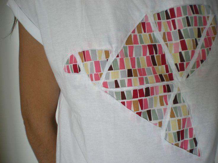 Aujourd'hui un DIY qui peut être réalisé avec ou sans machine à coudre... Matériel: - 1 tee shirt acheté chez Kiabi ( 3 euros) - un coupon de tissu (demandez à votre entourage une chute, coupez un vieux vêtement ou achetez un coupon 50x50 dans un magasin...