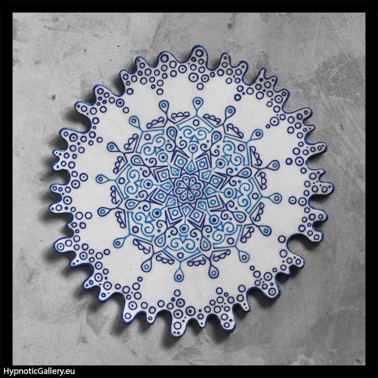 White decorative plate with blue mandala. Biała patera z niebieską mandalą.