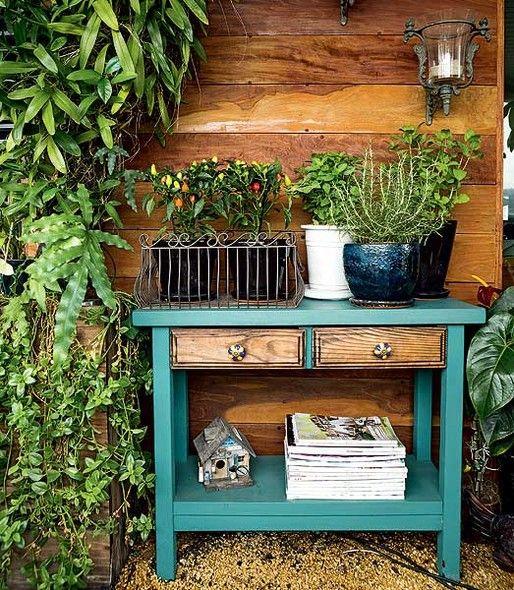 """O paisagista Odilon Claro mora em apartamento, mas isso não o impediu de ter temperos frescos. """"Montei uma horta na varanda com vasos no aparador. É uma solução para quem tem pouco espaço"""", conta ele, que costuma plantar alecrim, pimentas e hortelã"""