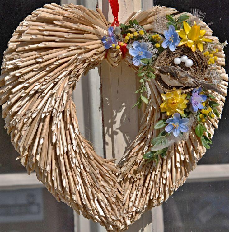 ptačí hnízdo - s pomněnkami Slaměné srdéčkozdobené sušenými a textilnímikvítky. Ptačí hnízdo a jemné barvy naladí Vás na jarní náladu :-) Průměr cca 25 cm. Srdíčko je zavěšeno na červené šňůrce, v případě zájmu ji mohu odstranit nebo nahradit jinou barvou.Věneček je ošetřen sprejem na sušené květiny, pro delší trvanlivost. Zasílám jako ...