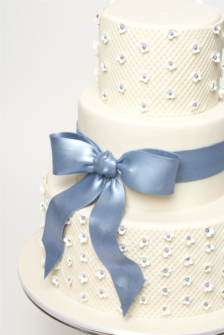 How to decorate this wedding cake.  A step by step.  Using a light cover for florescent lighting from Home Depo to make a quilted look.  Beautiful!!  And what a way to save $$.