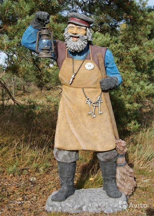 Декоративная садовая фигура Дворник   из стеклопластика Дворник с метлой. Качественная фигура выполнена в натуральную величину. Дворник с седой бородой и усами, в картузе, фартуке, кирзовых сапогах и рукавицах, на поясе связка ключей, дворник держит в одной руке фонарь, в другой метлу. Арт. ФС-0075 Размер: высота - 175 см, длина - 60 см, ширина - 60 см, вес - 18 кг - 29 000 руб.